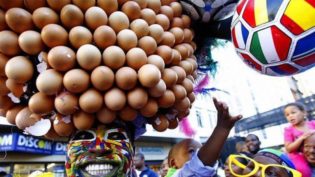 Jihoafrický příznivec domácího týmu Bafana Bafana vyrazil do ulic Kapského Města s vajíčkovou okrasou - ilustrační foto.