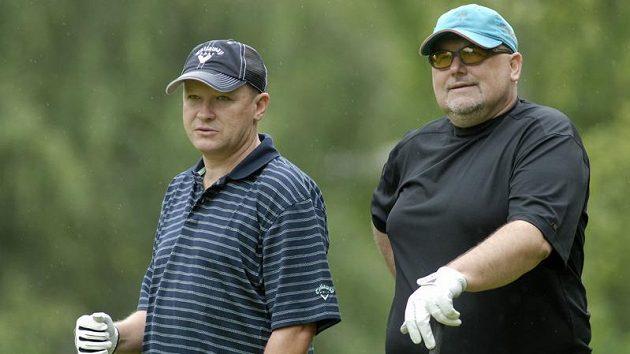 Majitel fotbalové Viktorie Plzeň Miroslav Kříž (vpravo) s Ivanem Haškem během golfového turnaje osobností v Plzni-Dýšině.