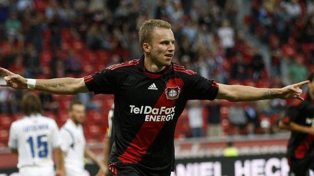 Obránce Leverkusenu Michal Kadlec oslavuje jednu ze vtřelených branek v utkání 4. předkola Evropské ligy proti Simferopolu.