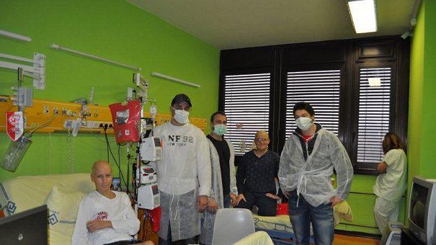 Hokejisté Slavie Petr Kadlec, Lukáš Krenželok a Tomáš Hertl navštívili děti v pražské nemocnici Motol.