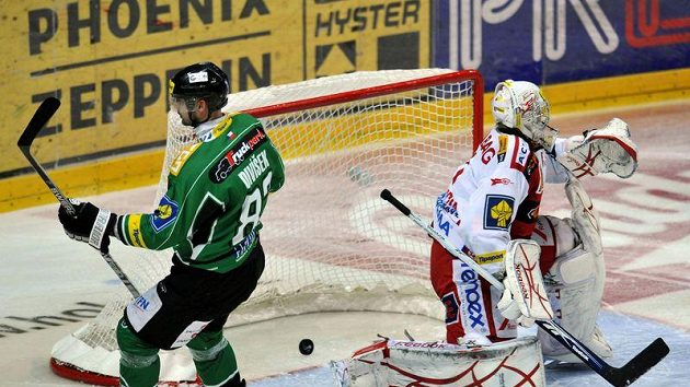 Brankář Miroslav Kopřiva ze Slavie inkasoval gól od Tomáše Divíška z Mladé Boleslavi.
