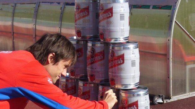 Tomáš Rosický podepisuje sudy pro fanoušky