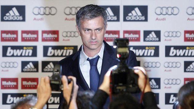 José Mourinho před novináři, kterým právě oznámil, že se stal novým trenérem Realu Madrid.