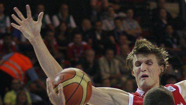 Slovinec Jaka Lakovic (vpředu) cv souboji s Rusem Andrejem Kirilenkem na ME basketbalistů v Litvě.