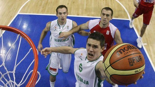 Slovinský basketbalista Jaka Lakovic smečuje do koše ve čtvrtfinále ME s Chorvatskem