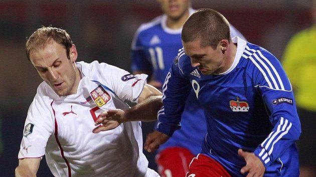 Michal Hubník (vlevo) bojuje o míč s Thomasem Beckem z Lichtenštejnska.