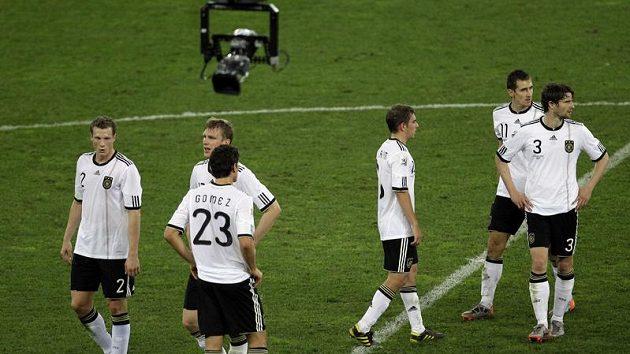 Němečtí fotbalisté si vykoledovali pískot vlastních fanoušků.