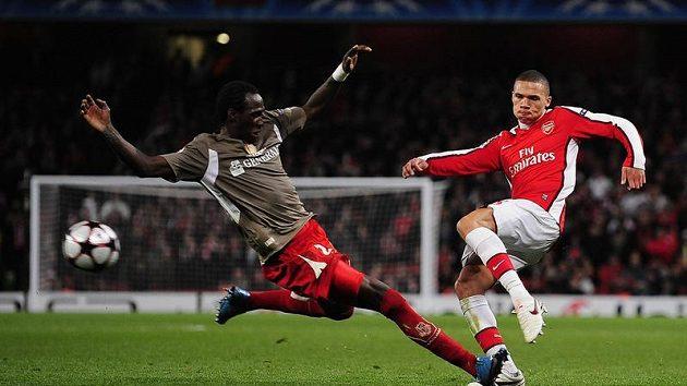 Keiran Gibbs z Arsenalu (vpravo) v souboji o míč s Eliaquimem Mangalaou ze Standardu Lutych.