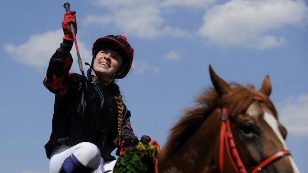Maria Magdalena Rossak s koněm Talgadem se raduje z vítězství v Českého derby.