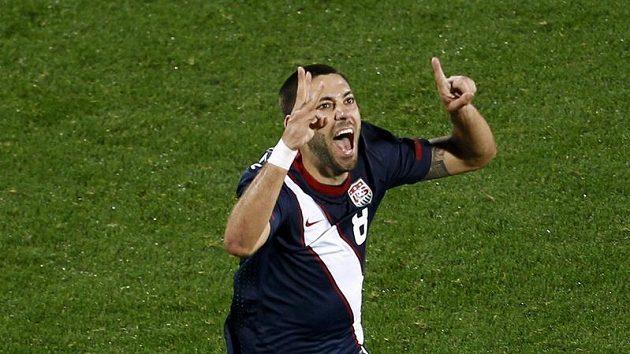 Americký fotbalista Clint Dempsey se raduje z branky.