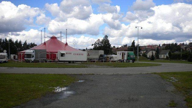 Ovál ve Žďáru nad Sazávou obsadil cirkus a bruslařský trénink zde byl nemyslitelný.