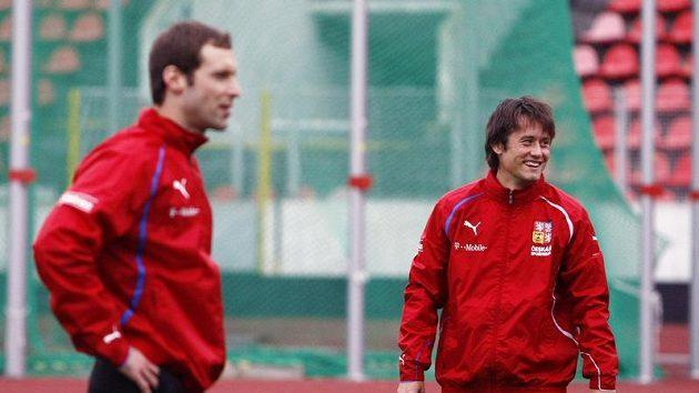 Tomáš Rosický (vpravo) a Petr Čech se znají dobře. V Premier League budou stát proti sobě.