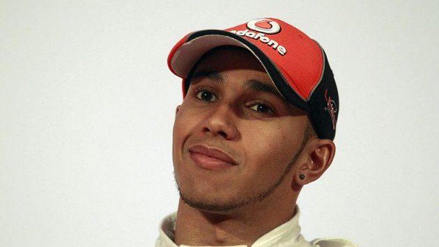 Lewis Hamilton dorazil na premiéru nového McLarenu s tváří orámovanou vousy.