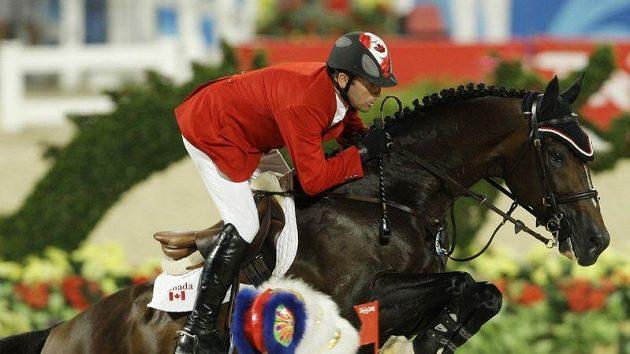 Kanadský jezdec Erik Lamaze v sedle Hicksteada na archivním snímku z olympiády v Pekingu.