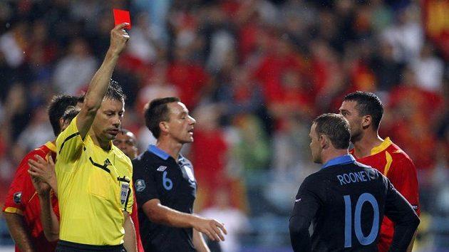 Rozhodčí Stark neváhal ani chvíli a za faul na Džudoviče ukázal Rooneymu (vpravo s číslem 10) červenou kartu.