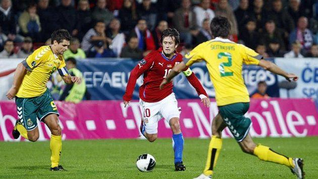 Tomáš Rosický v obležení litevských fotbalistů Danileviciuse (vlevo) a Semberase v kvalifikačním utkání.