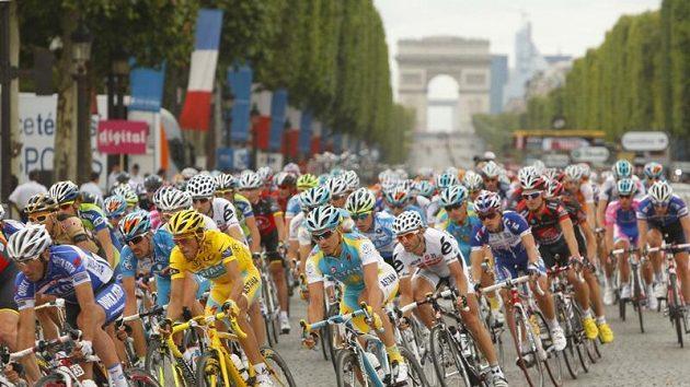 Peloton v závěrečné etapě Tour de France
