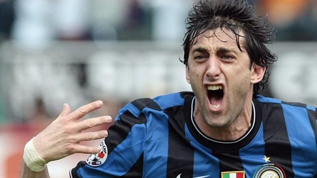 Argentinský útočník Diego Milito oslavuje gól.