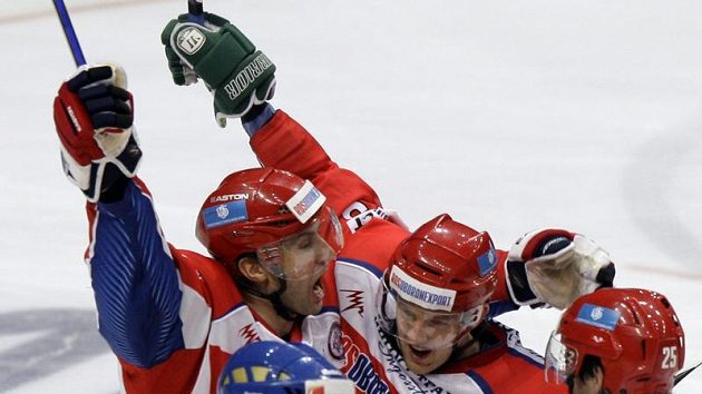 Hokejisté Ruska se radují po brance do švédské sítě.