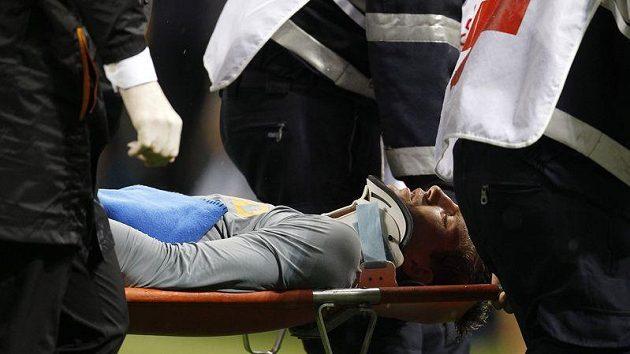 Brankáře Maartena Stekelenburga odnášejí s otřesem mozku na nosítkách.