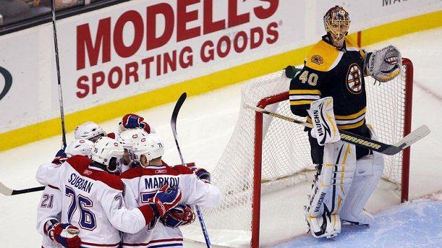 Hokejisté Montrealu se radují z branky do sítě Bostonu.
