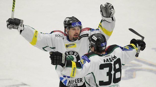 Peter Fabuš z Mladé Boleslavi (vlevo) se raduje se svým spoluhráčem Jaroslavem Kasíkem z branky.
