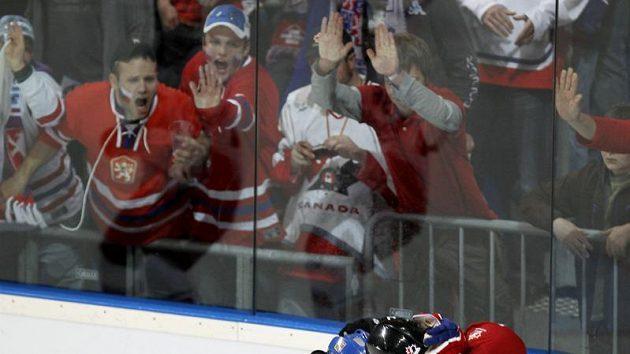 Fanoušci sledují souboj mezi Tomášem Rolinkem (vlevo) a Kanaďanem Ottem