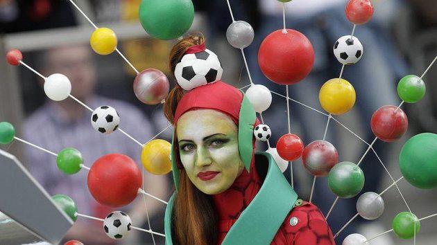 Fanynky při úvodním zápase Německa s Kanadou hrály barvami.