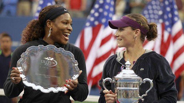 Poražená finalistka US Open Serena Williamsová (vlevo) vtipkuje s čerstvou šampiónkou Samanthou Stosurovou.
