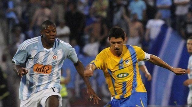 Karim Guédé (vlevo) ze Slovanu Bratislava se snaží zkrotit míč před dotírajícím Heliem Pintem z Apoelu Nikósie.