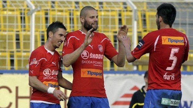 Plzeňští vousáči (zleva) Milan Petržela, David Bystroň a Michal Ďuriš se radují z gólu do sítě Ústí.