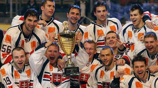 Hokejisté Slovenska slaví s trofejí pro vítěze Německého poháru.