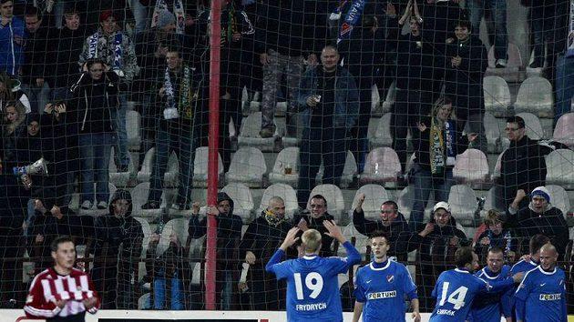 Fotbalisté ostravského Baníku oslavují vstřelený gól.