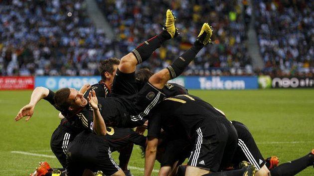 Fotbalisté Německa oslavují gól Arneho Friedricha ve čtvrtfinále MS s Argentinou.