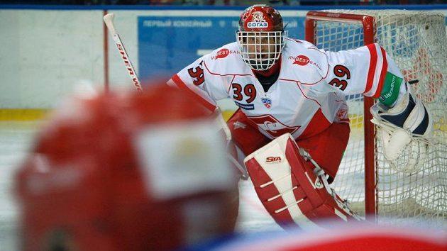 Brankář Spartaku Moskva Dominik Hašek při premiéře v KHL proti CSKA Moskva.