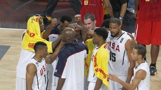 Basketbalisté Spojených států amerických se radují z vítězství.