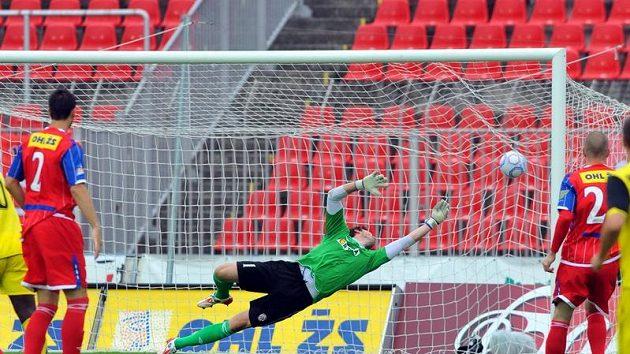 Brněnský brankář Martin Lejsal inkasuje první gól v dohrávce 7. ligového kola proti Spartě.