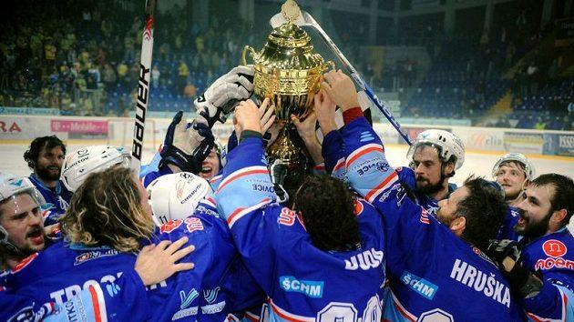 Hokejisté Chomutova se radují z vítězství v 1. hokejové lize.