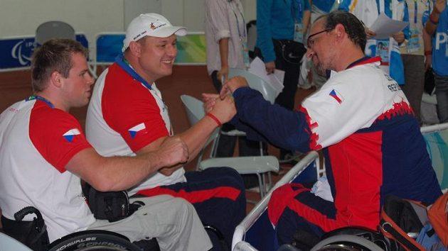 Rostislav Pohlmann (vpravo) přijímá gratulace od Miroslava Šperka a Martina Němce.