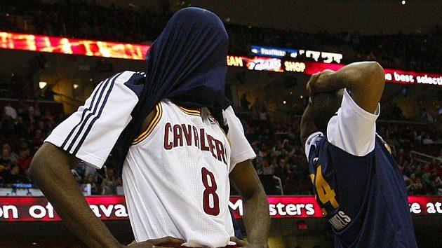Zklamaní basketbalisté Clevelandu po prohře s Portlandem.