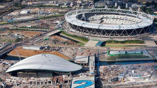 Pohled na rostoucí sportoviště londýnské olympiády.