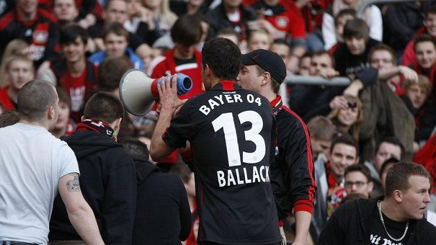 Michael Ballack slaví vítězství Leverkusenu nad Schalke.
