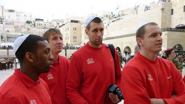 Nymburští basketbalisté (zleva) Michael Lenzly, Ladislav Sokolovský, Aleš Chán a Michal Křemen u Zdi nářků v Jeruzalémě.