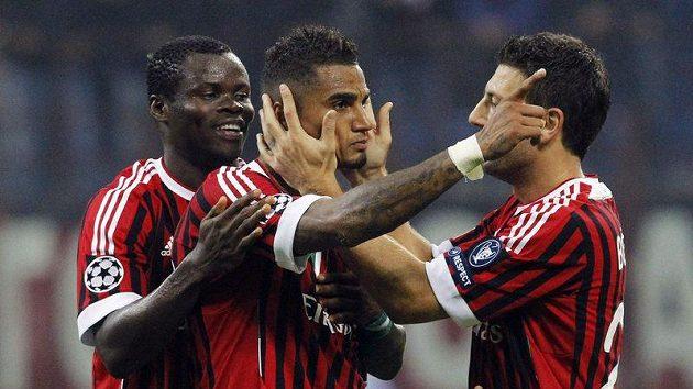 Kevin-Prince Boateng z AC Milán (uprostřed) se raduje se spoluhráči Taye Taiwem (vlevo) a Danielem Bonerou z branky.