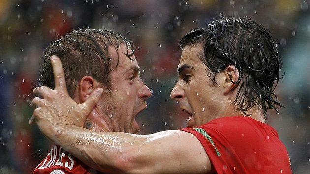 Portugalec Raul Meireles (vlevo) oslavuje v dešti spolu s Tiagem gól, kterým načal obranu KLDR.