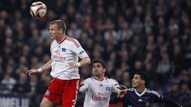 David Rozehnal v dresu Hamburku odhlavičkovává míč.