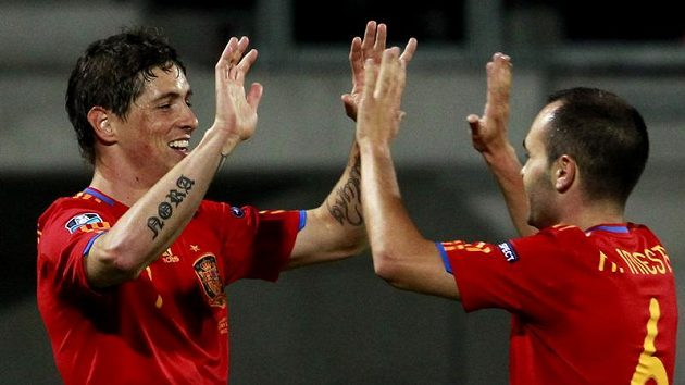 Španělský fotbalista Fernando Torres (vlevo) oslavuje s Andresem Iniestou, který se ho zastává po sérii bez vstřeleného gólu.
