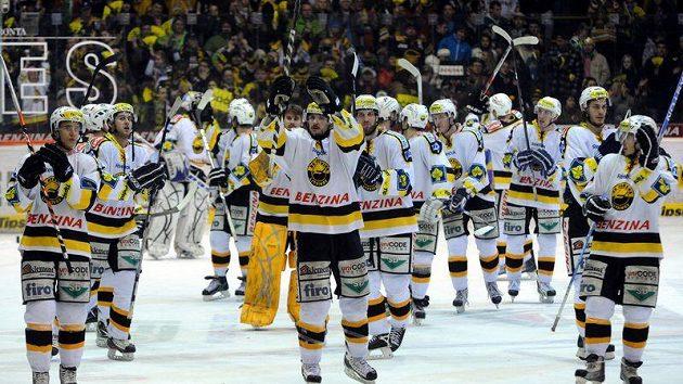 Hokejisté Litvínova oslavují s fanoušky vítězství nad Třincem.