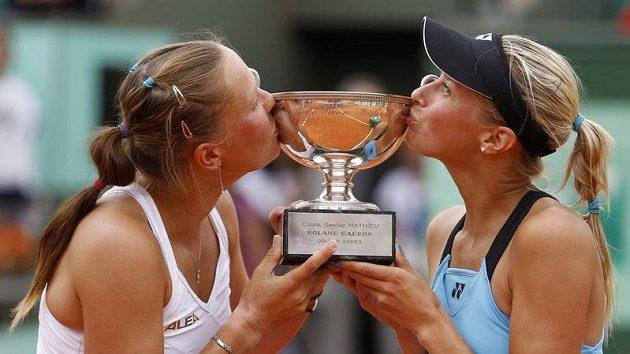 Lucie Hradecká (vlevo) a Andrea Hlaváčková s trofejí pro vítěze čtyřhry na Roland Garros.