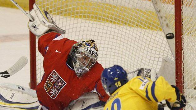 Švéd Anton Rodin dává českému gólmanovi Jakubu Sedláčkovi druhý gól v úvodním duelu MS hokejových dvacítek v Kanadě. (ilustrační foto)